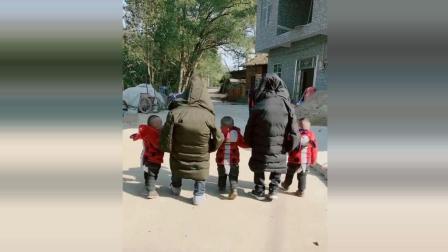 三胞胎牵着爸爸妈妈走路, 接下来宝宝们的反应太可爱了!