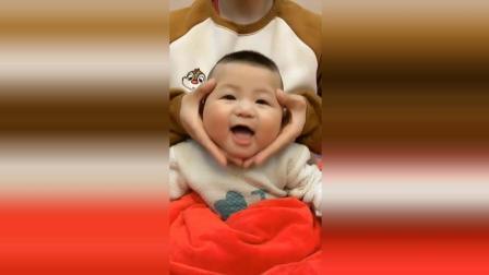 宝宝脸被妈妈玩坏了, 接下来宝宝的脸都被捏变形了太可爱了!