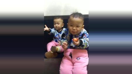 双胞胎宝宝一起吃草莓, 接下来哥哥被算的都抽搐了太可爱了!
