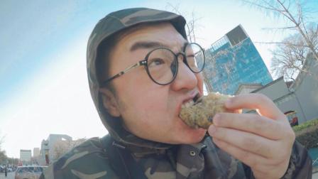 老北京的油炸糕 排队半小时以上 好吃到从店门口一路吃到家门口