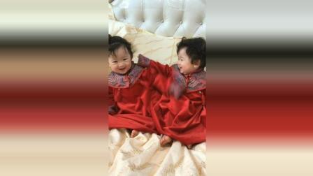 双胞胎今天穿新衣服, 接下来宝宝们的反应太可爱了!