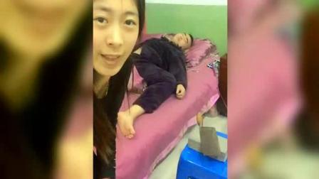男子在睡觉, 女子拿一把图钉恶搞他, 男子当场崩
