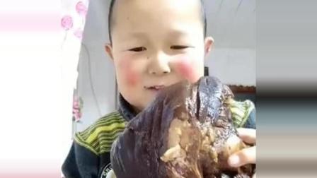 农村小伙得侏儒病, 30岁像5岁小孩一样, 靠吃播养活自己!