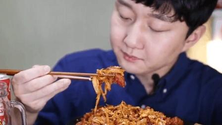韩国大哥吃播猪肉辣椒酱, 果然最不能缺少泡菜了