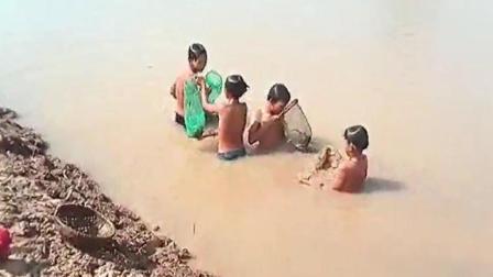 洪水灾区孩子们的生存技能, 没对比没伤害, 原来幸福如此简单