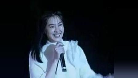 王祖贤西藏现场演唱《拥抱》(《你是雾我是酒馆》)。