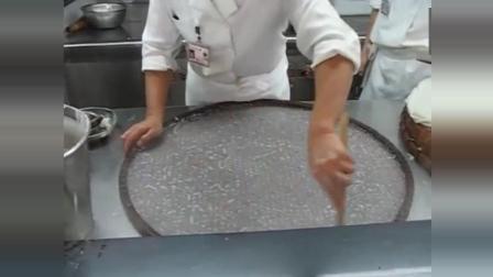 广东正宗的沙河粉做法, 看起来像一张薄薄的纸, 让人感到一丝神奇