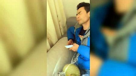 男子正在玩手机, 女子拿一个大榴莲砸过去, 场面