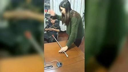 女子正在看手机, 姐姐拿着一个玩具水枪突然喷过