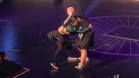 张开凤和小胖哥舞台上打了起来 结局亮了