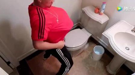 小伙想出损招, 在厕所里恶搞女友, 这样确定不会
