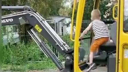 国外3岁小孩把他爸开的一辆沃尔沃挖掘机当玩具, 谁知