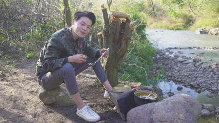 小伙用3000米海拔的山鸡, 把肉切片用骨头煲汤, 味道好极了!