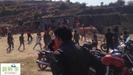 山村两伙人打架  一个村的人围观