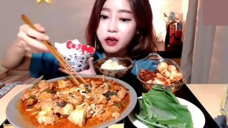 韩国吃播美女吃鸡肉拉面在配一碗米饭, 当然泡菜也必不可少!