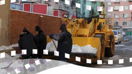 中润物业绿化公司及时清扫小区积雪方便业主出行