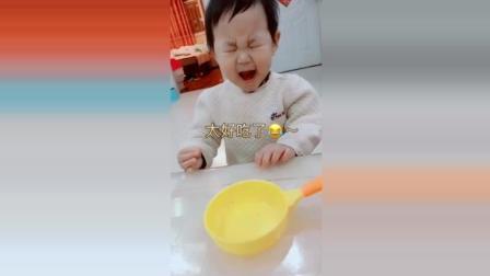 宝宝吃东西看见妈妈在偷拍, 接下来宝宝做出的表情太可爱了!