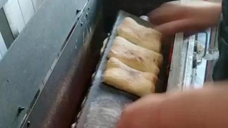 传统吊炉红盖烧饼, 这种做法很特别, 但很好吃!