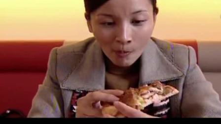 美女第一次吃披萨, 真是太好吃了, 吃到停不下来, 吃相吓到旁边人