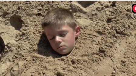 宝宝开挖掘机把睡着的哥哥给埋了, 被老爹知道后修理了