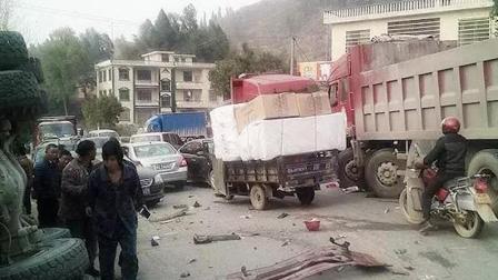 D1资讯 第一季 监拍大货车与水泥罐车迎面相撞 场面堪比好莱坞大片