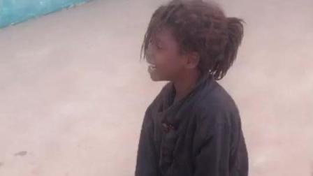 非洲纪实: 贫民窟里的黑人小女孩头发蓬乱, 整天打赤脚她的童年很快乐