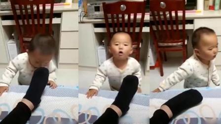 有才的网友: 熊爹给宝宝吃臭袜子, 宝宝直接就被臭吐了哈哈哈哈哈~