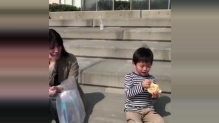 妈妈给买的乌龟面包, 宝宝还没细细品出味道, 就被抢走了, 委屈