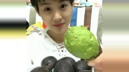 大牙妹爱吃水果, 却不爱吃营养丰富的牛油果, 看她吃法多奇葩?