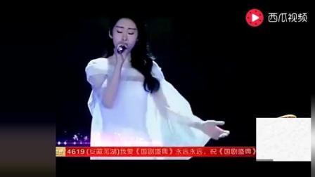 张碧晨在台上演唱《花千骨》主题曲, 李易峰在台下看呆了