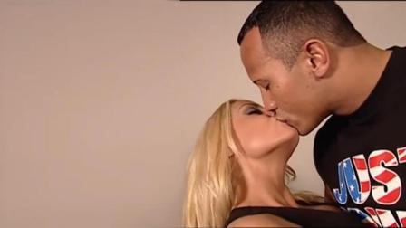 """WWE第一美人崔西, 遇上""""万人迷""""岩石强森, 主动献身香吻"""