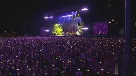 英伦摇滚酷玩乐队现场激情表演经典歌曲《Yellow》, 全场歌迷疯狂合唱享受其中...