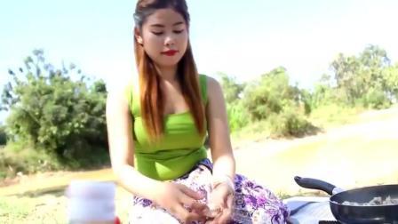 漂亮的柬埔寨姑娘在野外用青蛙做美食, 让人流口水!