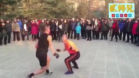 【搞笑自拍】高手在民间系列: 两位大爷广场上踢