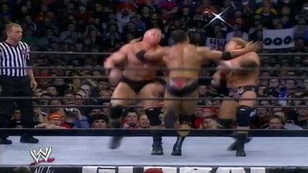 巨石强森一上场就挑衅野兽大布与HHH, 三人混战争夺总冠军!