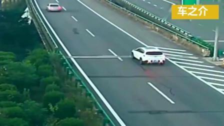 监控拍摄: 又一位女司机, 高速上匝道口倒车, 惨害一车人上天堂!