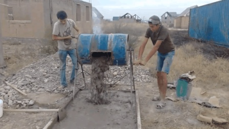 农村小哥发明混凝土搅拌机, 不用油不用电, 80元造一台