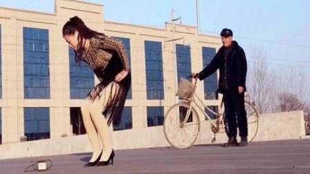 大爷的自行车亮了《哈喽新年好》爱情恰恰广场舞