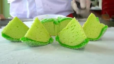 小哥今天用绿茶炒冰淇淋, 成品颜色太好看了