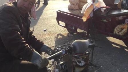 郑州老小区里如今依然有传统爆米花的制作人, 只是现在都不常见了