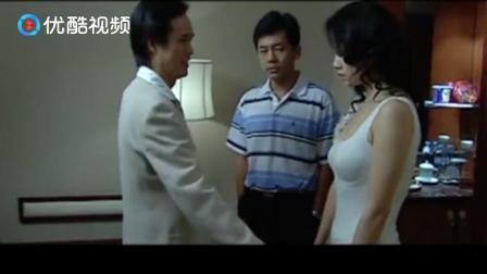这两对夫妻间玩这个游戏, 男子拉自己老婆的手光瞪眼没反应!