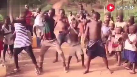 当非洲人遇上电音神曲「Faded」根本停不下来! 太魔性了, 哈哈!