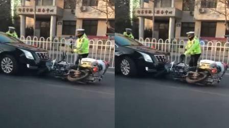凯迪拉克遮牌狂飙 被拦后碾压警用车逃窜