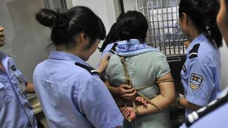 为什么囚犯执行死刑时, 要被五花大绑, 裤管上扎着绳子呢?