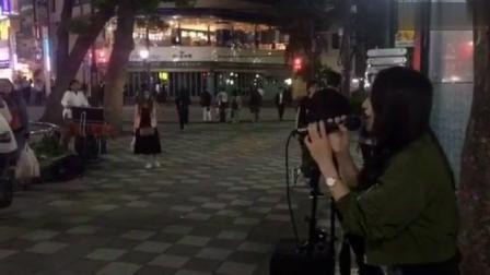 日本街头的奇妙能力歌, 各国路人纷纷驻足。