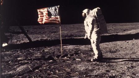 美国人第一次登上月球成迷? 当年插的国旗没有了, 登月造假疑被证实