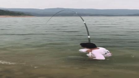 钓鱼拔河人进水里面了