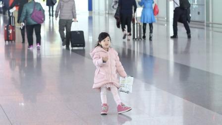 小泡芙现身机场 小脸粉嘟嘟超可爱