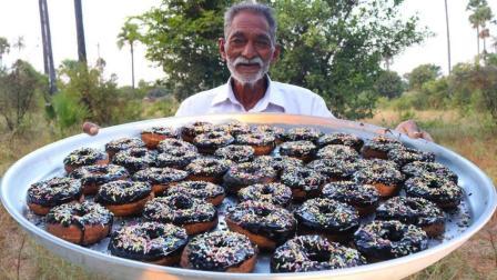 印度爷爷自制甜甜圈送给孤儿院的孩子们过圣诞, 孩子们吃得很开心