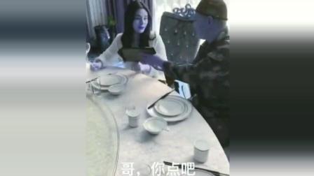 亿万富翁扮农民和姐姐一起吃 被势利眼服务员看不起言语侮辱